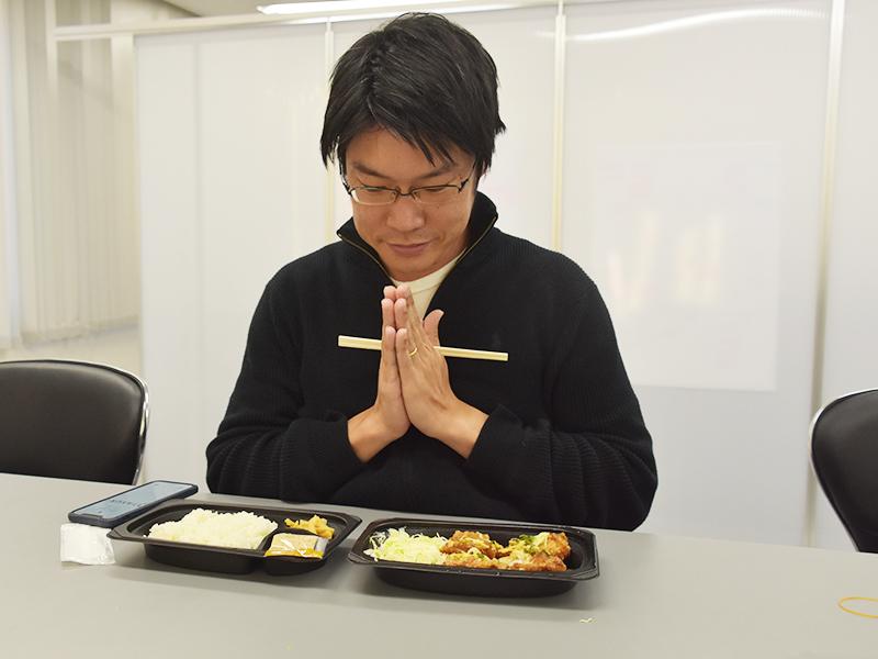 油淋鶏弁当を食べるTASUKI代表